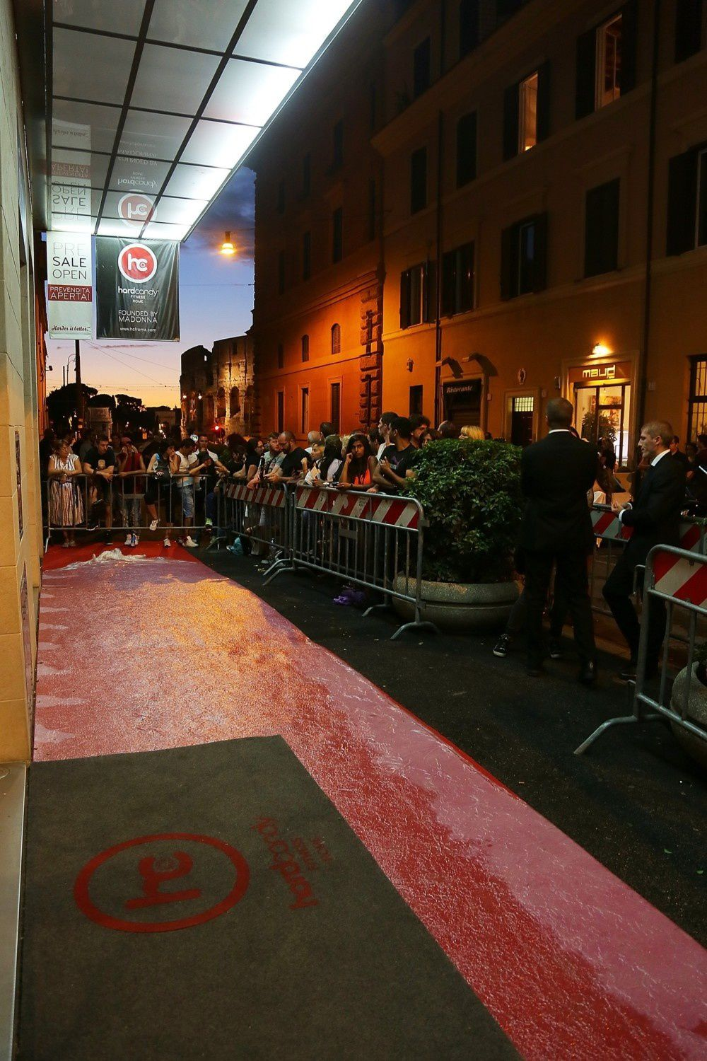 http://a133.idata.over-blog.com/5/47/08/55/2013-dossier-4/20130821-pictures-madonna-hard-candy-fitness-center-rome-09.jpg